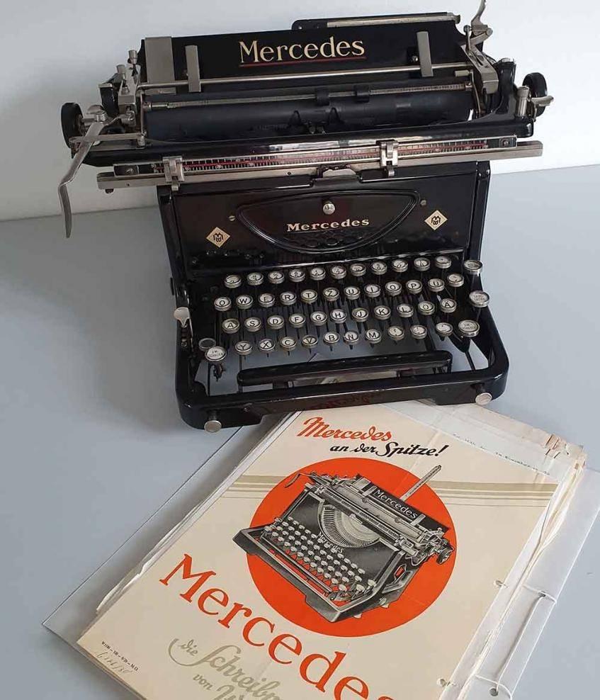 """""""Werbeprospekt und Schreibmaschine Mercedes Modell 6 Express (1930 - 1939)"""", aus der Sammlung des Landeskirchlichen Archivs Kassel"""